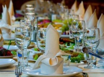 Красиво сервированный праздничный стол