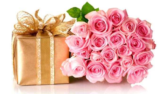 Праздничный букет и подарок