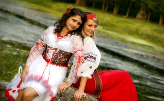 Девушки-подружки в национальных костюмах