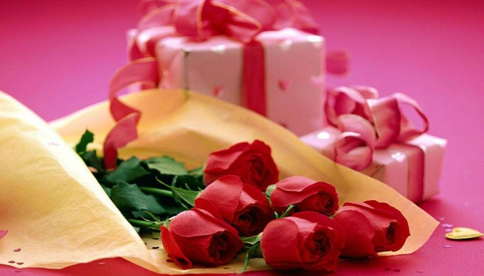 Цветы и подарок ко дню рождения