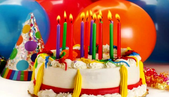Торт с разноцветными свечами