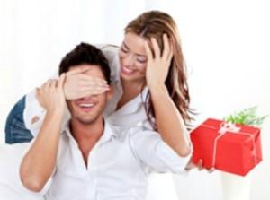 Девушка дарит подарок на день рождения своему парню