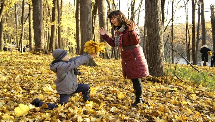 Сын поздравляет маму