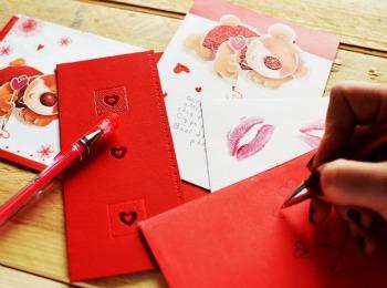 Подписываем поздравительные открытки
