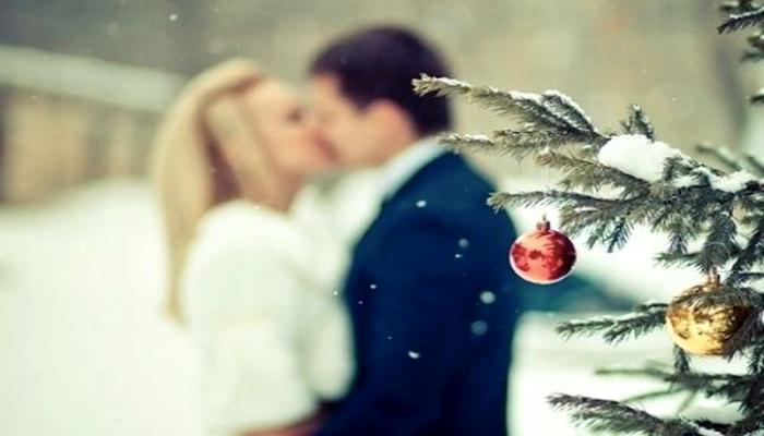 Парень и девушка поздравляют друг друга с Новым годом