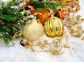Новогодние игрушки на снегу под елкой