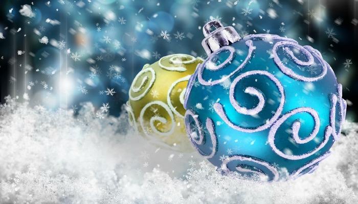 Красивые новогодние шары на снегу