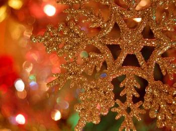 Золотая снежинка на елке