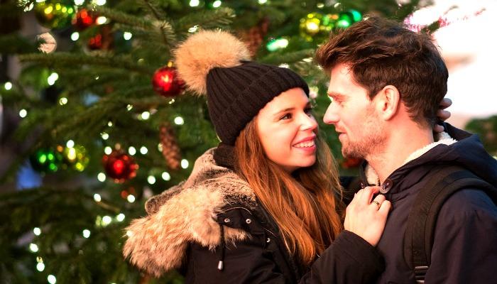 Влюбленные под новогодней ёлкой