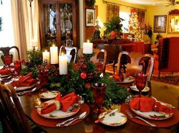 Празднично украшенный стол
