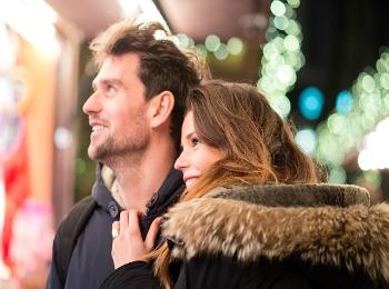 Молодые мужчина и девушка у новогодней витрины