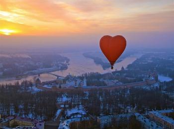 Полет над зимним городом на воздушном шаре