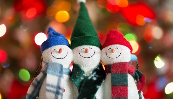 Смешные снеговички в новогоднем наряде