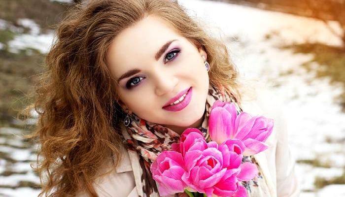 Девушка с букетом весенних цветов