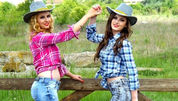 Две подруги в ковбойских шляпах