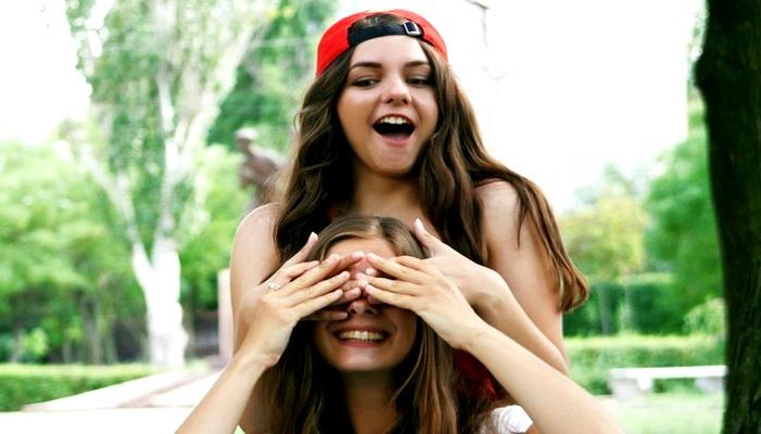 Две девочки-подруги
