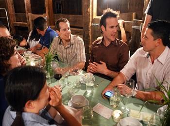Взрослые люди, играющие за столом