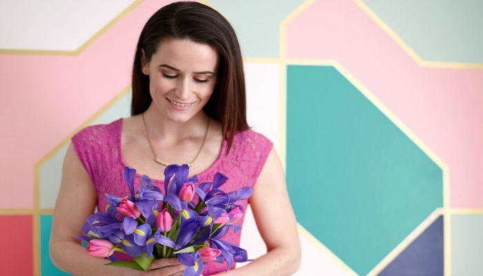 Девушка с праздничным букетом цветов