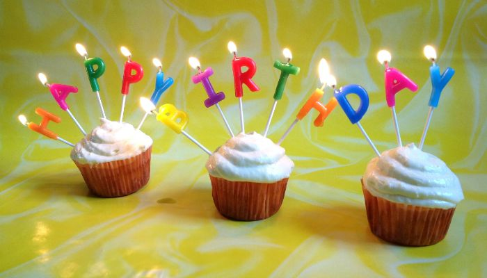 Кексы со свечами для праздника