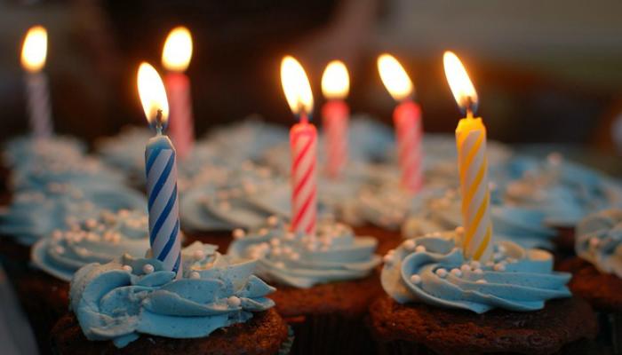 Свечи на праздничных кексах