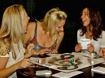 Девушки играют в настольную игру