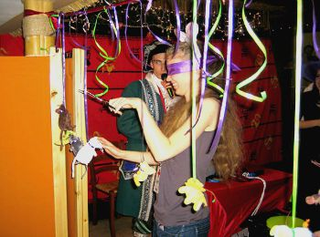 Конкурс с ножницами на дне рождения