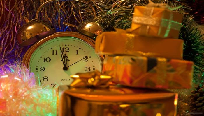 Часы и подарки под ёлкой