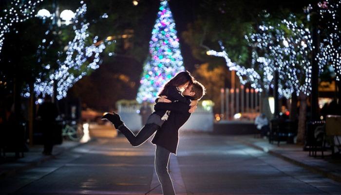Влюбленная пара в новогоднюю ночь