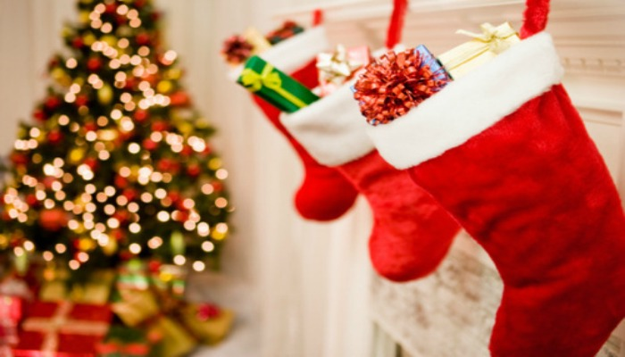 Носки с новогодними подарками на камине