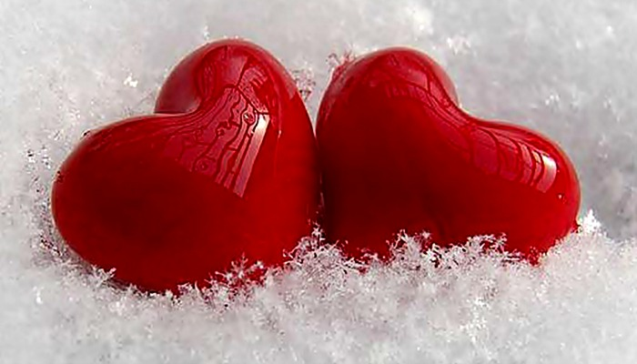 Два красных сердца на снегу