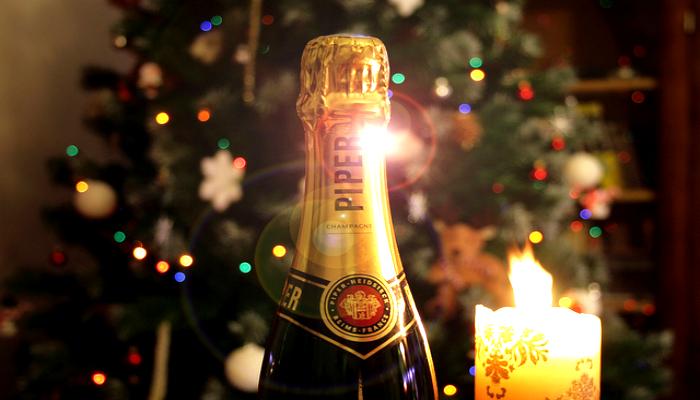 Бутылка шампанского для зимних праздников