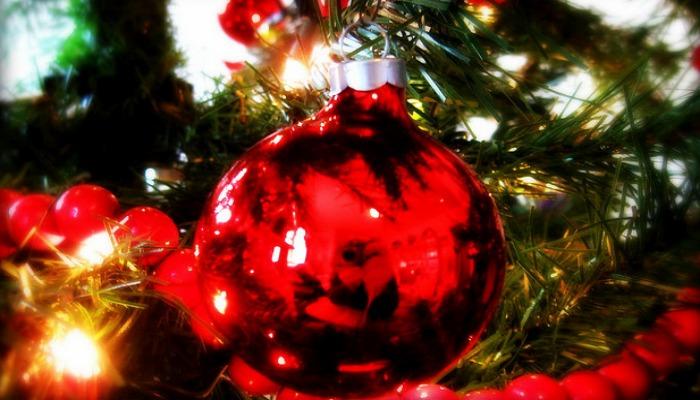 Красный шар на новогодней ёлке