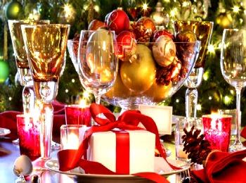 Подарок на новогоднем праздничном столе