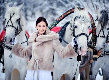 Девушка с тройкой лошадей