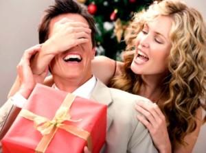 Девушка дарит парню новогодний подарок