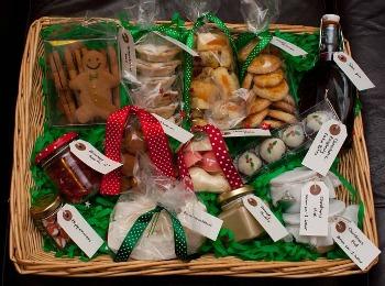 Корзина с традиционными английскими новогодними сладостями