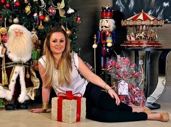 Женщина с новогодним подарком