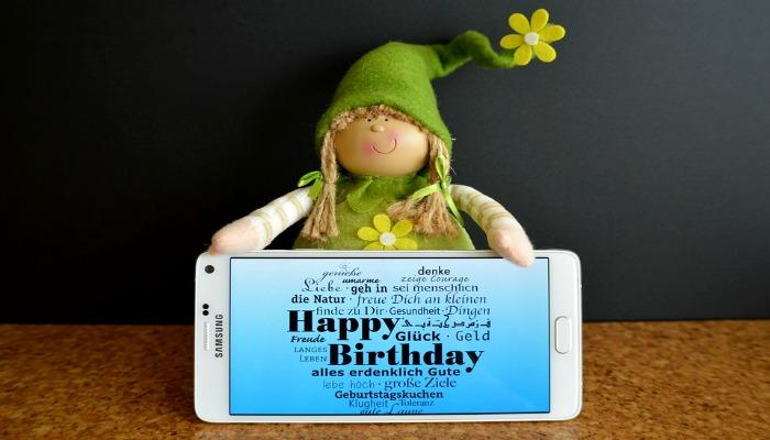 Поздравления с днем рождения на экране телефона
