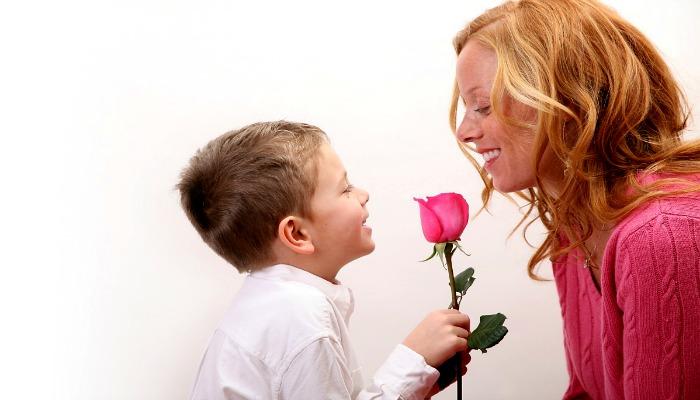 Сын дарит маме цветок