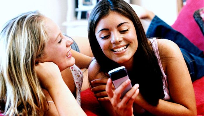 Подружки читают сообщение на телефоне
