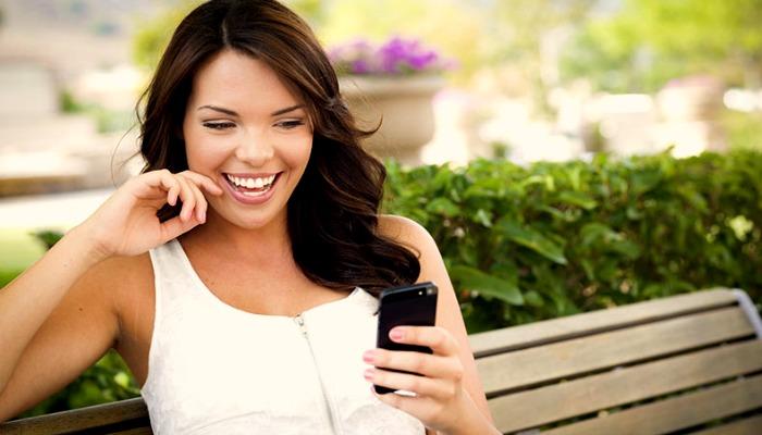 Девушка читает смс сообщение